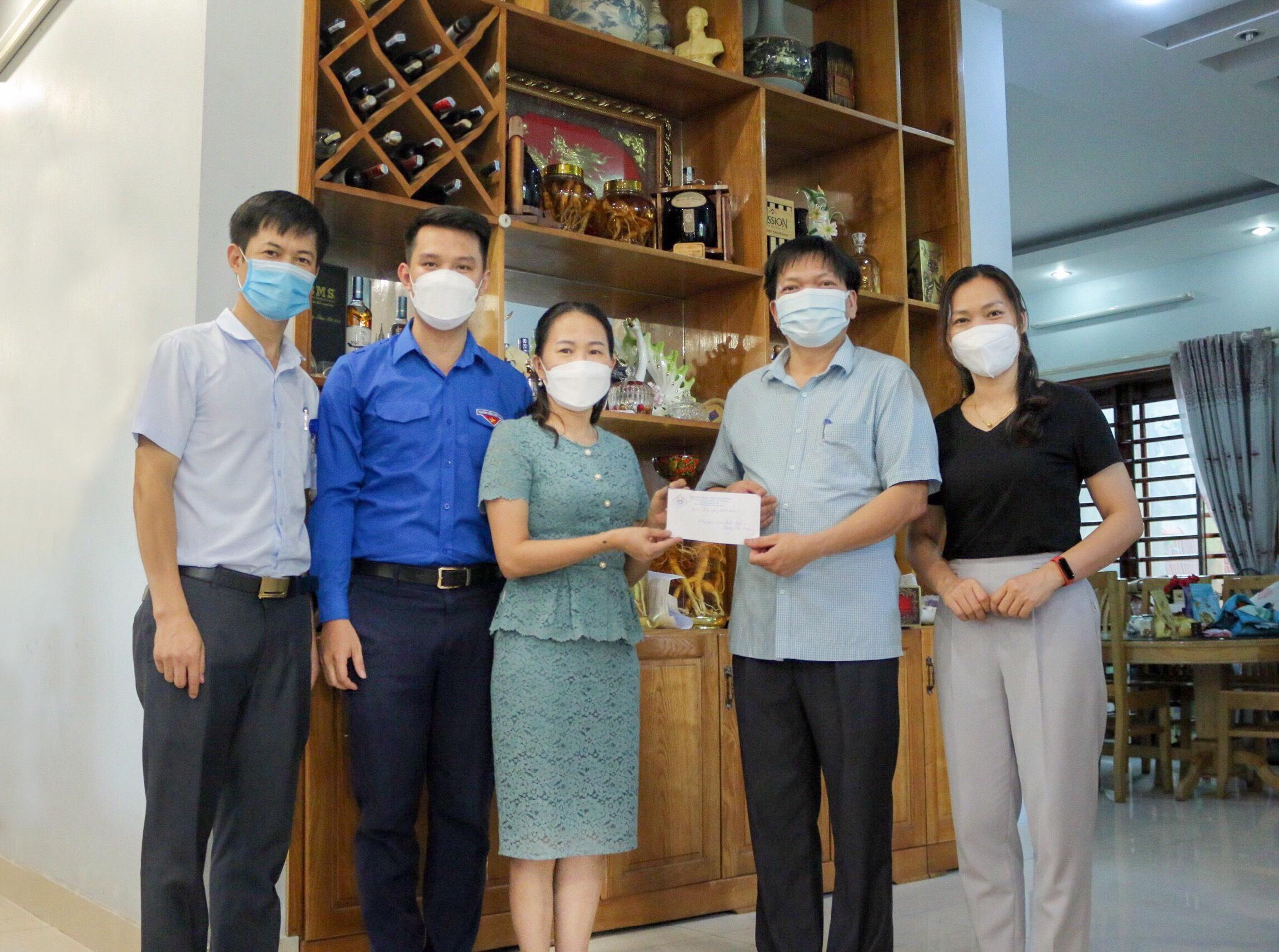 Bệnh viện Trung ương Thái Nguyên: Thăm, tặng quà gia đình chính sách, người có công là CBVC Bệnh viện