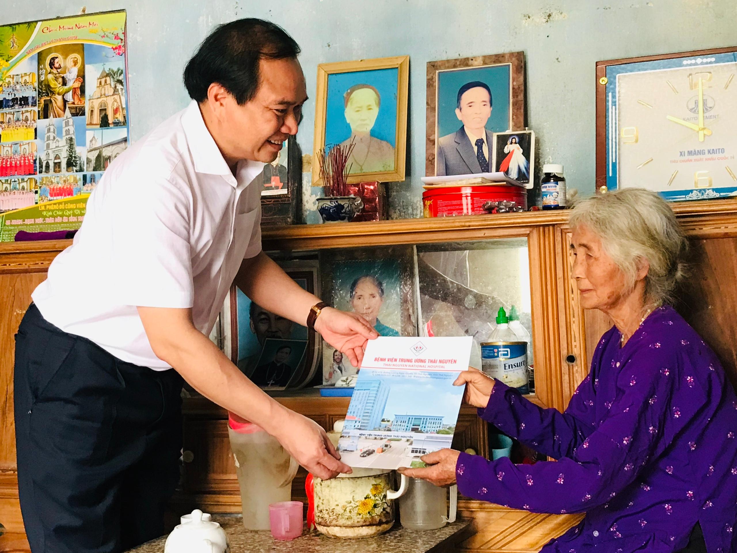 Thăm và tặng quà gia đình bà Nguyễn Thị Nhận