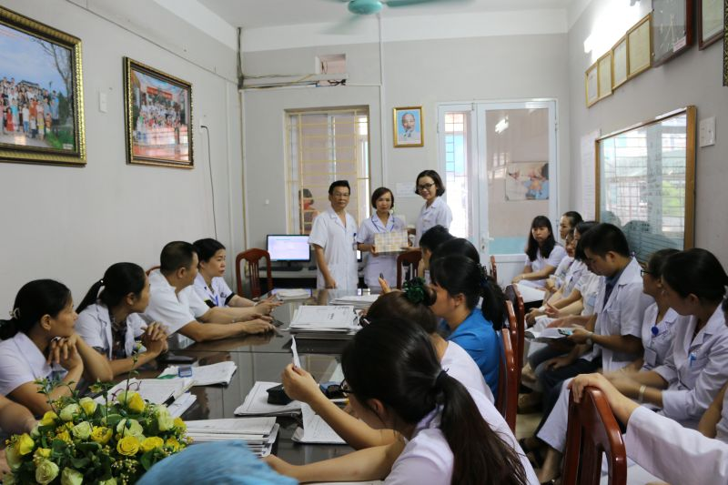 Thăm và tặng quà các gia đình cán bộ, viên chức có hoàn cảnh đặc biệt khó khăn nhân Ngày Gia đình Việt Nam 28/6