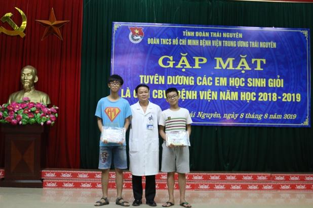 Gặp mặt tuyên dương học sinh giỏi các cấp năm học 2018 – 2019 là con CBVC Bệnh viện Trung ương Thái Nguyên