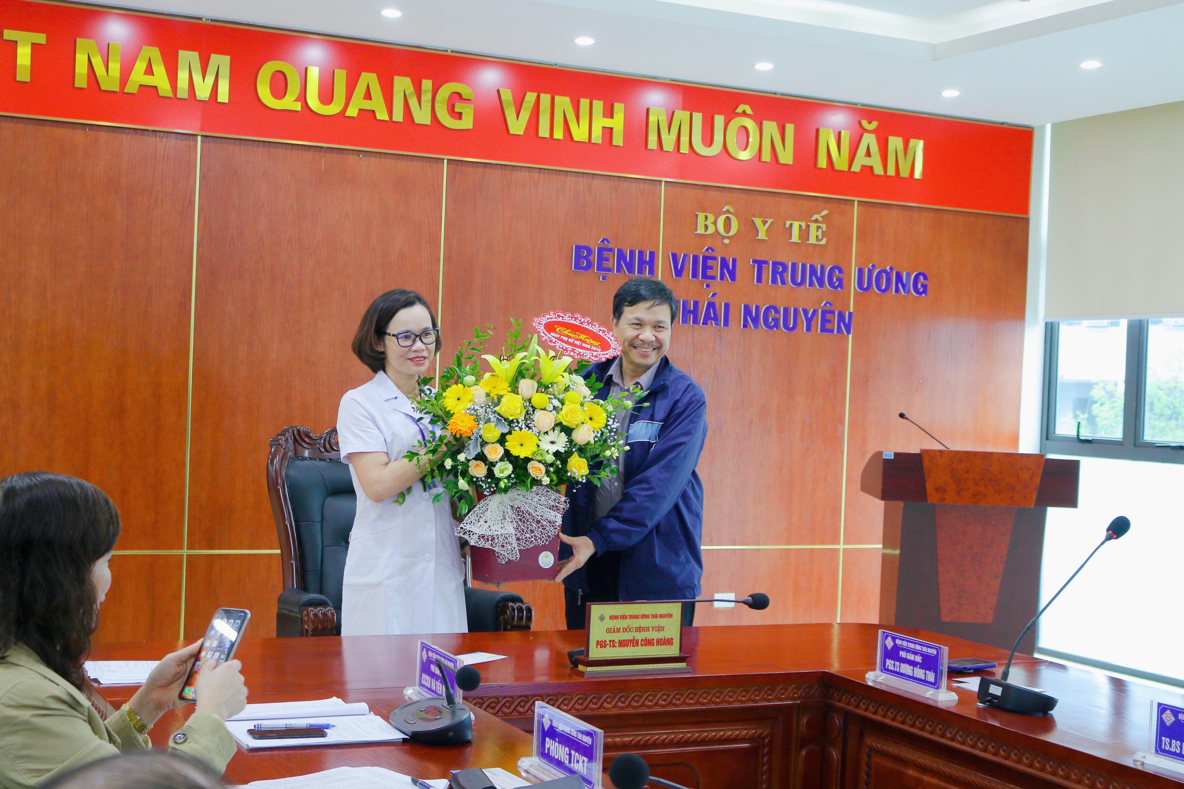 Lãnh đạo Bệnh viện tặng hoa, chúc mừng nữ cán bộ, viên chức nhân ngày Phụ nữ Việt Nam 20/10