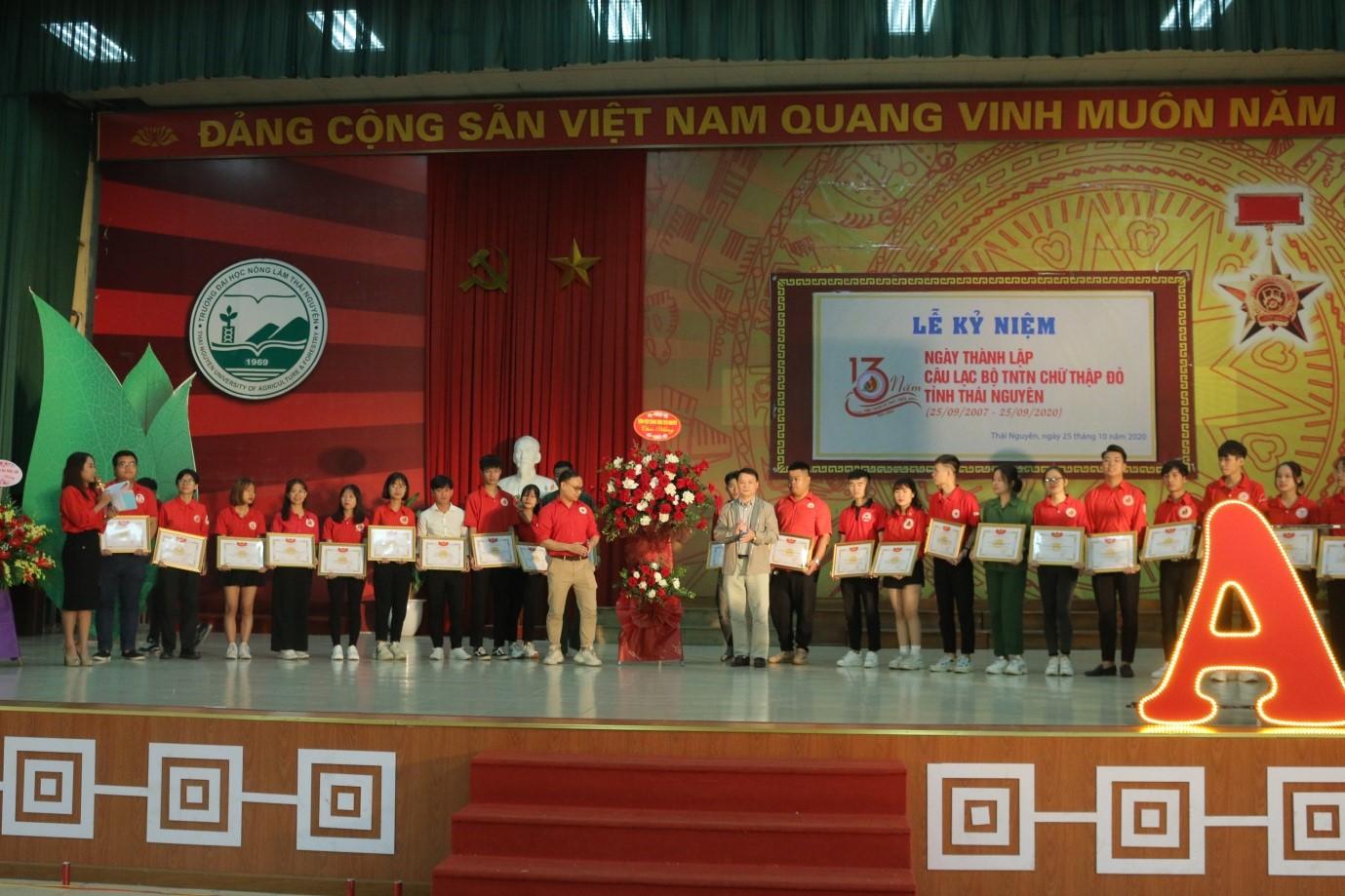 Khen thưởng tình nguyện viên có thành tích xuất sắc trong phong trào hiến máu tình nguyện