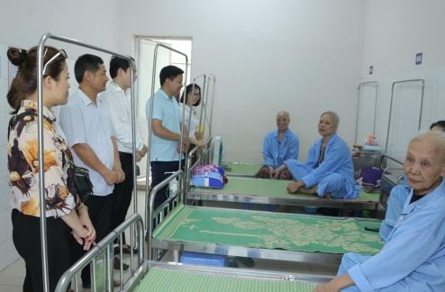 Tiếp nhận và tổ chức trao tặng quà cho bệnh nhân tại Trung tâm Ung bướu